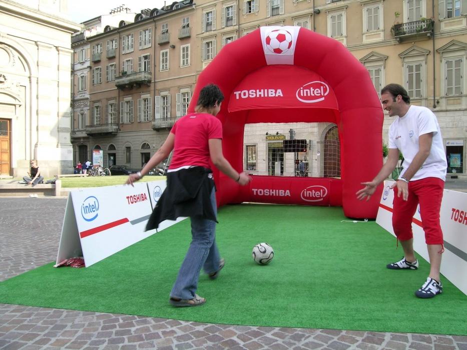 Toshiba tour per i campionati del mondo di calcio - Porta calcio gonfiabile ...